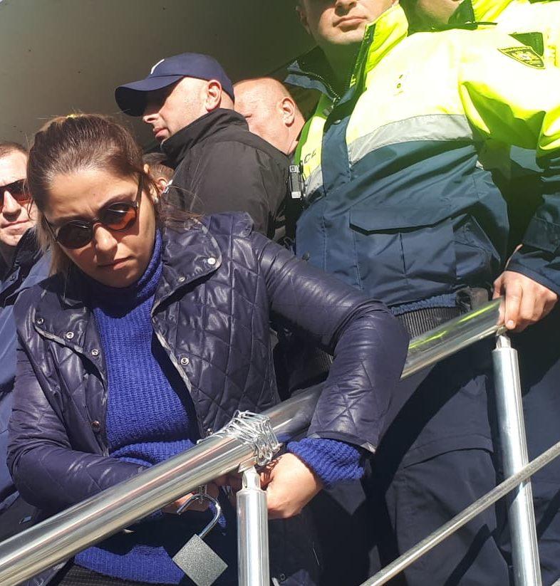 თოლორაიას ოფისის კიბეებზე სიმბოლური ბოქლომი შეაბეს